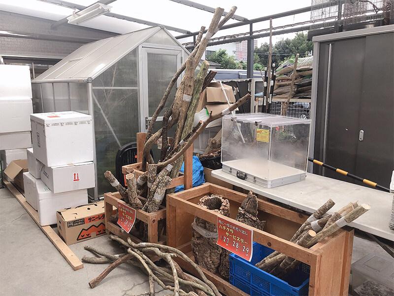 レイアウトに必要な大きな木材が販売されているコーナー
