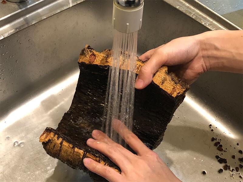 コルクの裏面を洗う